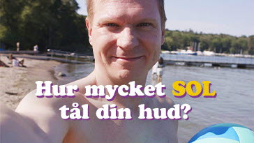 Sanny står på en strand i solskenet. Han undrar hur mycket sol din hud tål.